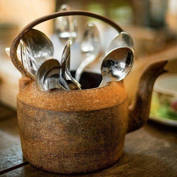 Aquela chaleira enferrujada que não tem mais uso em casa pode dar um belo ar de rusticidade ao almoço ou jantar quando utilizada como um tipo de porta-talheres. #amocaseirices #receberbem #rústico #chaleira