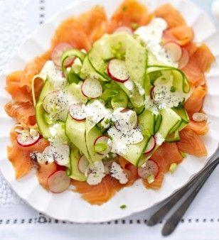 Radieschen-Gurken-Salat auf Lachs mit Mohn-Crème-fraîche Rezept: Bio-Zitrone,fraîche,Meerrettich,Olivenöl,Salz,Pfeffer,Zucker,Radieschen,Salatgurke,Lauchzwiebeln,Lachs,Mohn