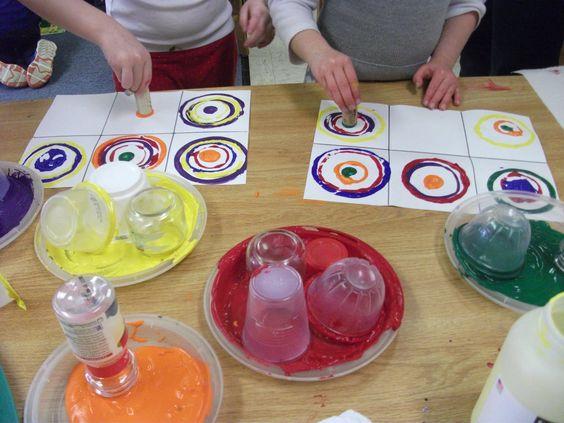 Verschillende formaten cirkels stempelen met verf, Kandinsky cirkels!
