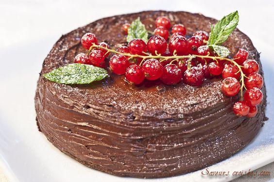 Savourez ce fondant au chocolat noir et au fromage blanc, avec un léger glaçage et un délicat parfum de noisettes !
