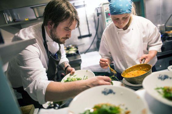 Lothes i Haugesund. TRANGT: Til tross for lite plass på kjøkkenet imponerer kokkene med maten på tallerkenen. Foto: Haakon Nordvik/VG