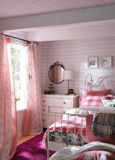 Camera da letto in stile inglese - Tinte del rosa e del bianco in una piccola camera da letto pittoresca.