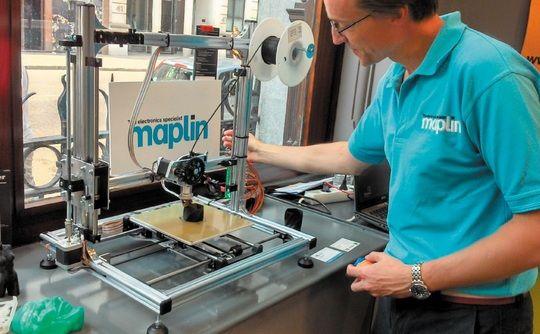 Maplin's Oliver Meakin with Velleman K8200 3D printer