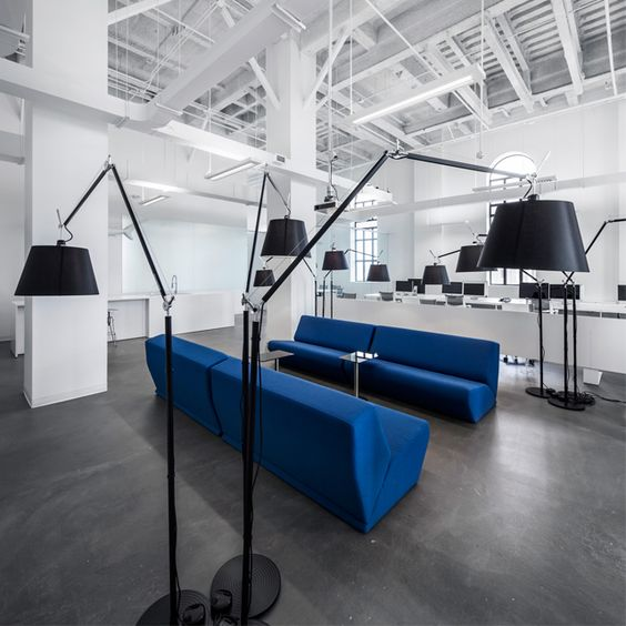 Um espaço plano e aberto permite a entrada de luz natural através das grandes janelas que mostram a vista panorâmica da cidade de Montreal, Canadá. Conheça a proposta de Anne Sophie Goneau Design no MiMostra!