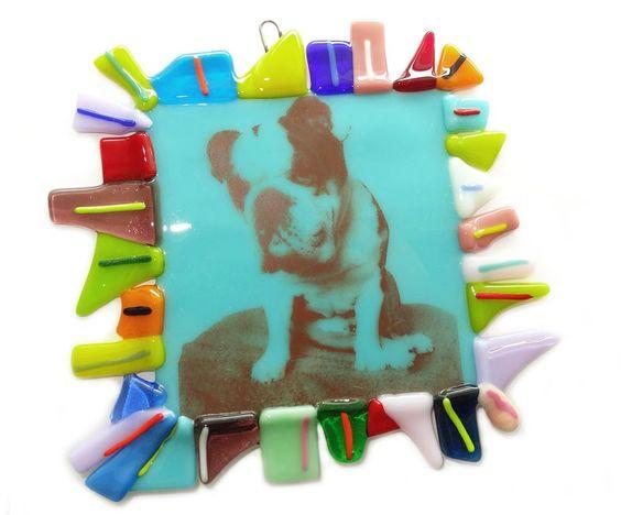 Kleurrijke glazen tegel met foto van een hond in glas (Engelse bulldog). Unieke glazen hanger met foto; ook in opdracht!