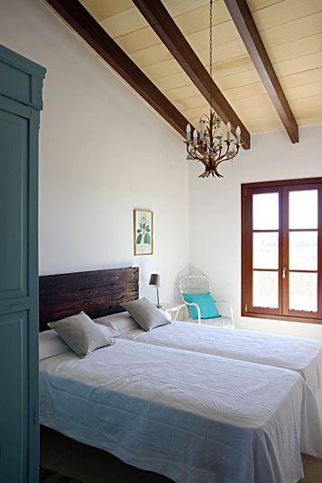 Casa rústica en el campo. Rustic bedroom in a  countryside house in Manacor, Mallorca by Galmés i Mansergas arquitectes.
