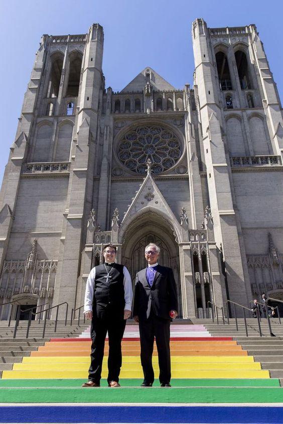 Le obispe Megan Rohrer, a la izquierda, y el obispo Marc Andrus en las escaleras arco iris antes de la ceremonia de nombramiento de le obispe Rohrer. (AP)