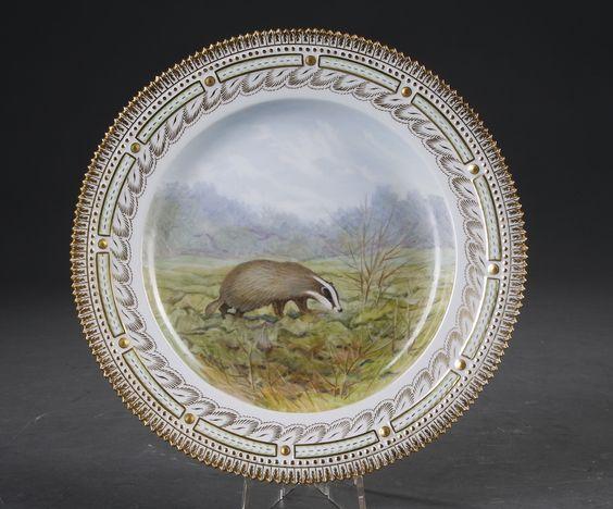 Kgl. P. Fauna Danica. Tallerken af porcelæn, dekoreret i farver og guld med 'Meles meles ' Royal Copenhagen