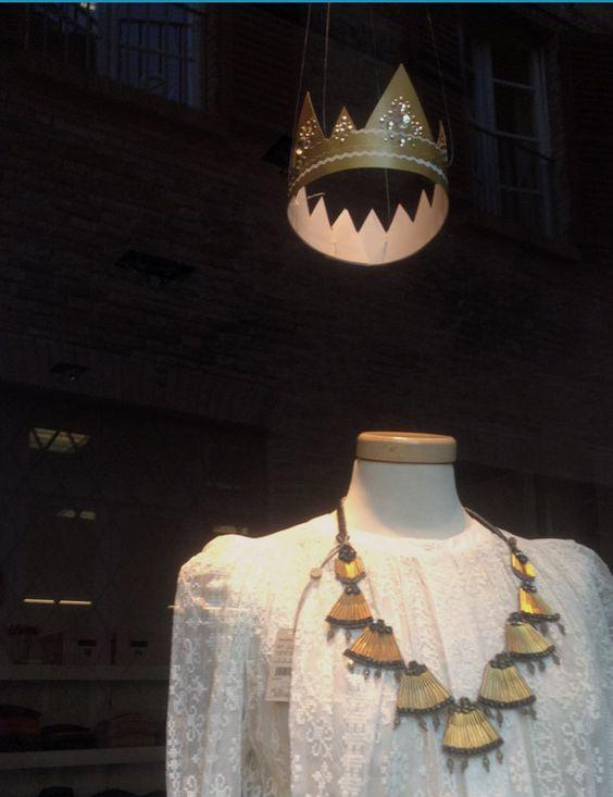 #larecherchemodaearte #senigallia #italia #mywindows #deuxnattes #siamotuttedelleprincipesse #princesses #vitrine #mespetitspapiers #gold juliedenat.jimdo.com