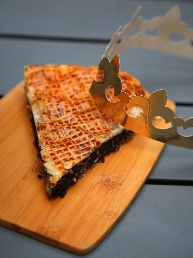 Poudre d'amande, oeuf, sucre en poudre, pâte feuilletée, chocolat noir, beurre, rhum, extrait d'amande amère