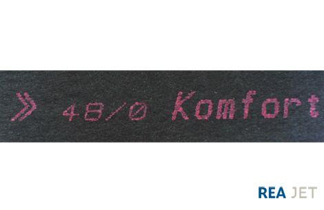 Foto: REA JET - Großschrift Tintenstrahldrucker - Dunkler Teppichboden wird auf der Rückseite mit einer leuchtenden Tinte in einer  Schrifthöhe von ca. 45 mm beschriftet
