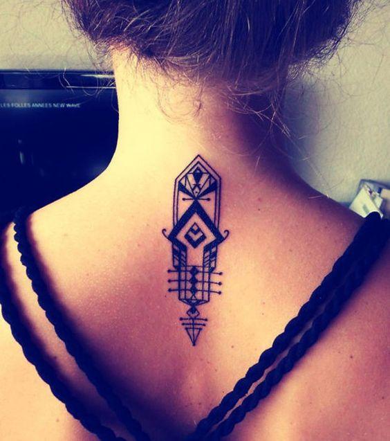 Le tatouage symbolique et rempli de formes géométriques au niveau des cervicales