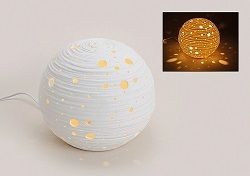 TISCHLAMPE KUGEL WEISS PORZELAN.  Moderne weiße Kugellampe zum ein-, und ausschalten.  Kugel aus Porzellan, mit effekt in drei Größe  kleine Kugel Durchmesser:ca. 16,00 CMØ