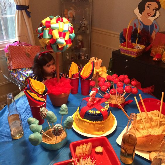 Party girl with the snow white  decoration Cumpleañera con la decoración de blancanieves