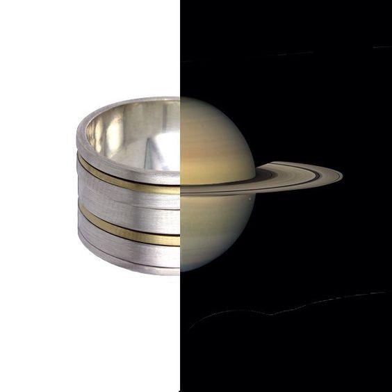 Esta é uma daquelas #joias que você precisa pegar para sentir o #impacto. Repare na foto como o interior da peça é liso e a face externa têm linhas: tal como o #planeta vistoso do #sistemasolar, famoso pelos seus #anéis luminosos, o #anel #Saturno tem uma estrutura que acomoda os sete aros de #ouro #18quilates e #prata 950 que você vê. Mesmo que estejam presas à #joia, as rodelas de #metal podem ser giradas, pois se #movimentam.