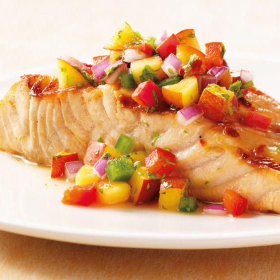 So lecker! Das Rezept für Lachs mit Nektarinen-Salsa und viele weitere köstliche Grill Rezepte im Springlane Magazin.