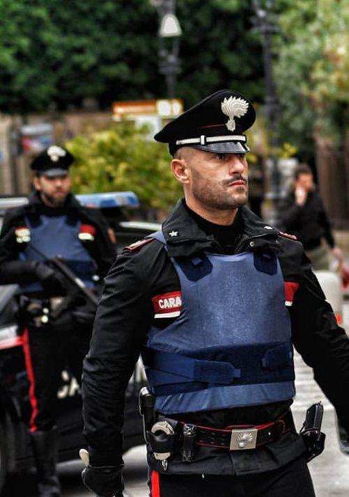 鋭い目つきの警察官