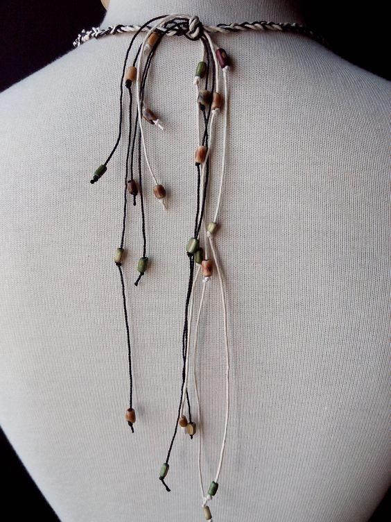 By Gigi Perez - Colar Argolas (costas): feito com lacres de suco, cordão encerado e miçangas
