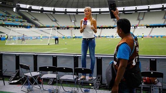 Repórter mexicana usa um truque para contar como foi o treino da seleção brasileira no Castelão na véspera de jogo contra o México(© Getty)