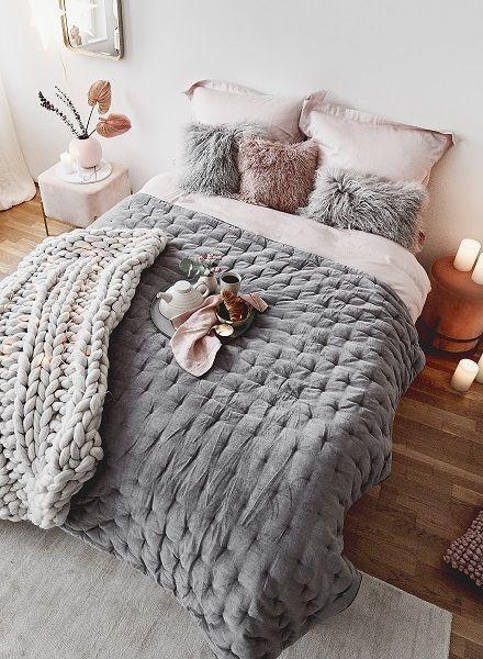 Time To Wake Up Auch Wenn Es In Einem Schlafzimmer Traum Wie Diesem Hier Wirklisch Scher Fallt Unser Hi Tagesdecke Schlafzimmer Deko Dekoration Bett Kissen