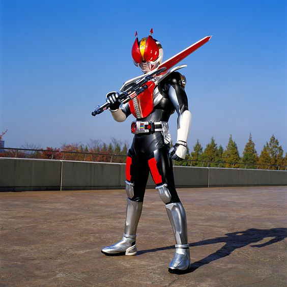 剣を構える仮面ライダー電王