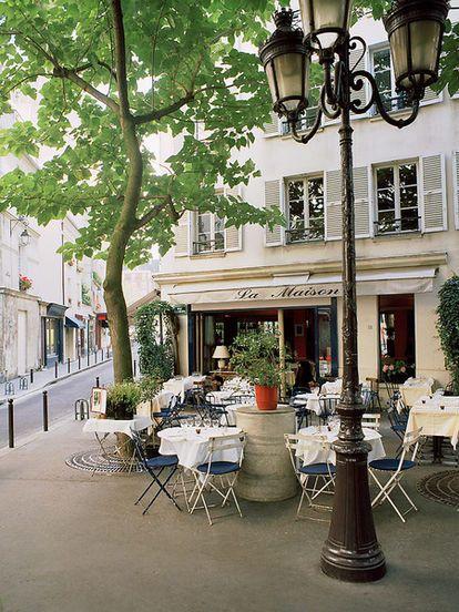 ヨーロッパの白いオープンカフェの街並み