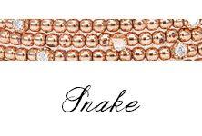 Sinuosi e brillanti avvolgono dita e polsi. Sono gli anelli e i bracciali della collezione Snake di Bibigì, gioielli a forma di serpente in oro bianco, giallo e rosa impreziositi da diamanti bianchi, brown e rubini.