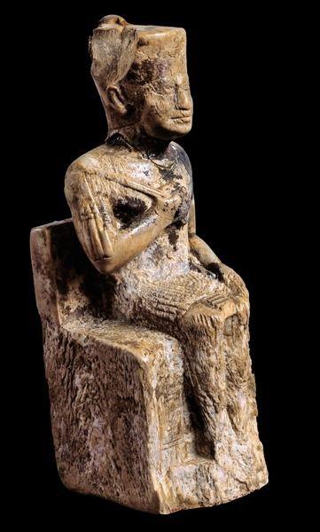 Pequeña estatua sedente de KEOPS esculpida en marfil. Segundo faraón de la Dinastía IV perteneciente al Imperio Antiguo. Reinado 2589 a 2566. Ordenó erigir la Gran Pirámide de Guiza, la única de las siete maravillas del mundo que todavía se conserva. Procedente del Templo de Osiris en Abydos se exhibe en el Museo Egipcio de El Cairo.