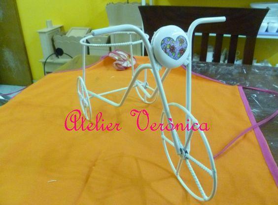 bicicleta en hierro portamacetas con medallon pintado a mano