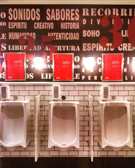 Simpático el baño público #distritoarcos #mall #publictoilet #ceramics #tipography #tipografia #design #patterns #colors #instapics #Palermo #BuenosAires #Argentina (en Distrito Arcos)