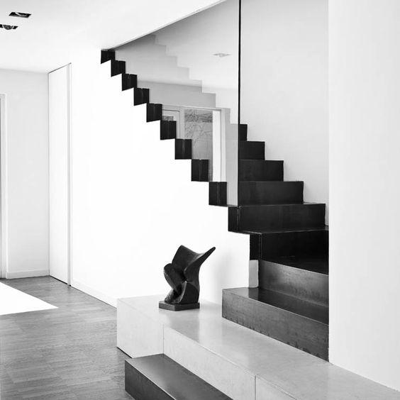 Glazen balustrade valt tot in de treden. Kan natuurlijk ook bij losse treden: het buitenste deel van de trede wordt dan tegen de glazen balustrade aan bevestigd.