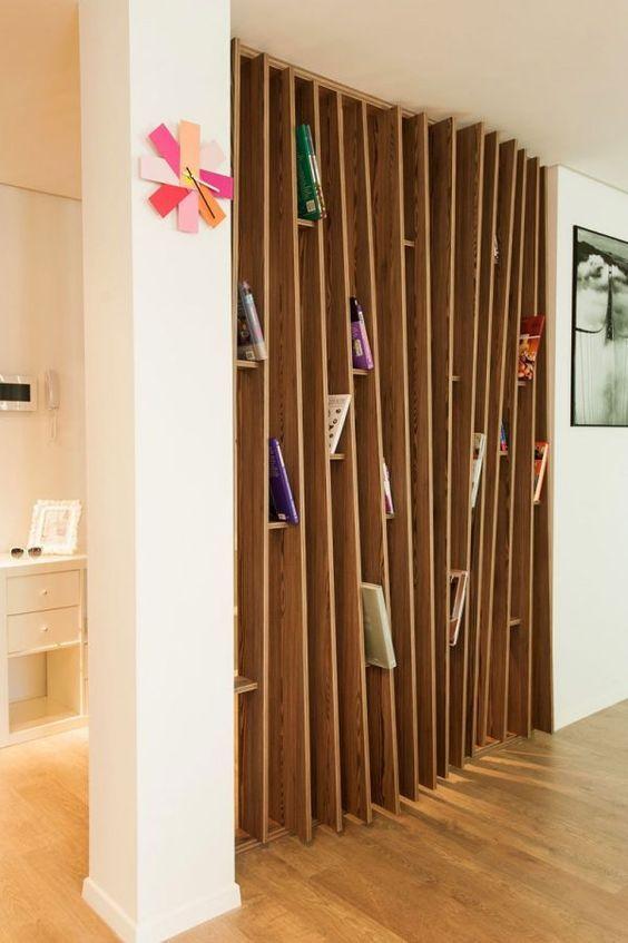 Une bibliothèque déstructurée avec des tasseaux de bois