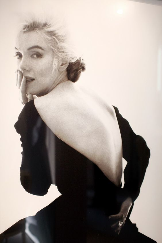 Marilyn was not exactly an elegant woman, but she looks really gorgeous in this pic. No shock that she's wearing Dior .