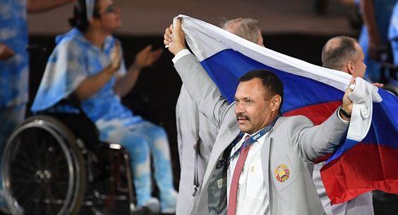 Ein weißrussischer Athlet trägt die Flagge Russlands bei der Eröffnungszeremonie…