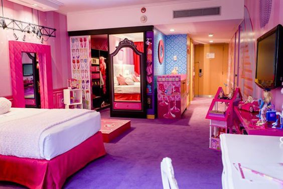 """O hotel Hilton de Buenos Aires, na Argentina, lançou uma novidade que vai agradar a criançada, o quarto da Barbie. Criado em parceria com a Mattel, a experiência já começa no lobby, onde está um sapato gigante da boneca mais famosa do mundo para quem quiser fazer fotos divertidas. Escadas pink levam até o quarto...<br /><a class=""""more-link"""" href=""""https://viagem.catracalivre.com.br/brasil/onde-ficar/indicacao/hotel-em-buenos-aires-cria-quarto-da-barbie/"""">Continue lendo »</a>"""