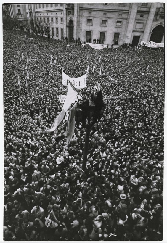 CORNELL CAPA: [SUPPORTERS OF JUAN PERÓN PERCHED ON LAMPPOST DURING RALLY, BUENOS AIRES]