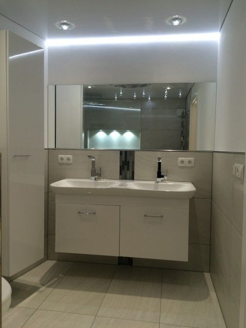 Integrierter Spiegel Im Bad Mit Deckenbeleuchtung