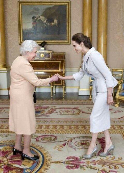 """Isabel II nombra """"Dama de Honor"""" a Angelina Jolie"""