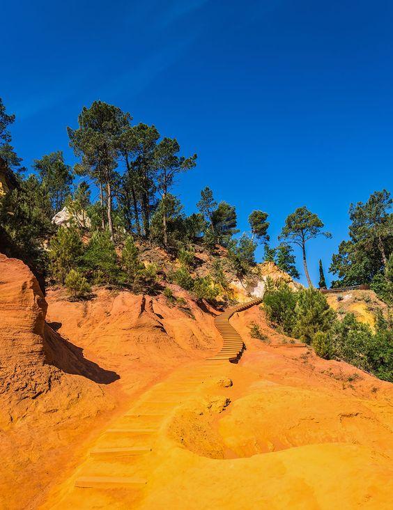 """Explorez les ocres de Rustrel, ce magnifique """"Colorado provençal"""" perdu dans la sud de la France"""