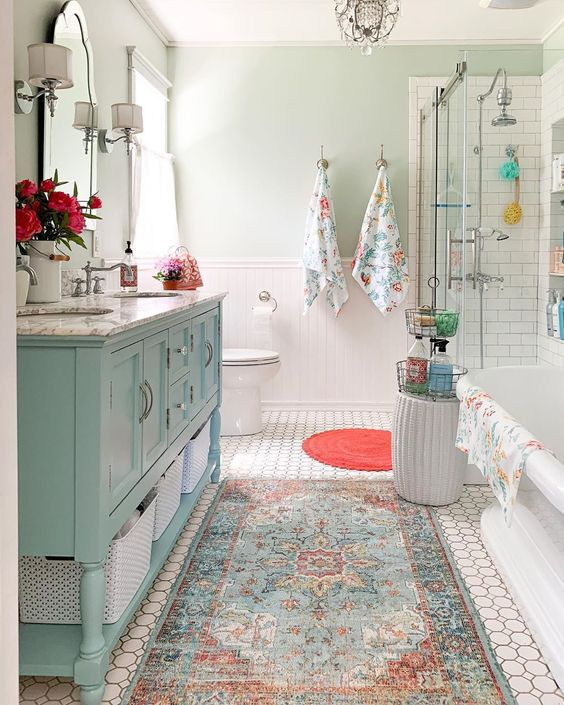 Have you ever seen a more cheerful bathroom?? (📸: Courtney Affrunti)