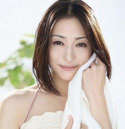 タオルをもっている松雪泰子
