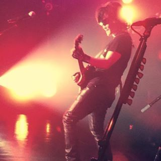 ギターを演奏するtoshi