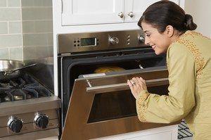 Gratins moelleux - Les gratins salés et sucrés - Surveillez la cuisson en commençant par un four doux sur th. 4-5 (130 °C), puis 10 minutes avant la fin de cuisson, augmentez la température pour le dorer en surface ou allumez le gril du four...