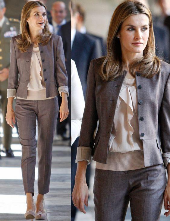 Capri La princesa se ha apuntado a la moda de los pantalones con raya capri. Para un estilismo de día lo combinó con top nude con volantes y blazer abotonada corta