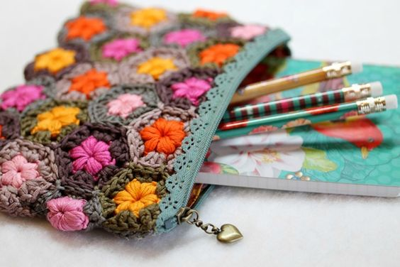 Loveliest of pencilcases made by Facile Cecile using the Daisy puffagons pattern here http://sandra-cherryheart.blogspot.co.uk/2013/10/daisy-puffagon-tutorial.html
