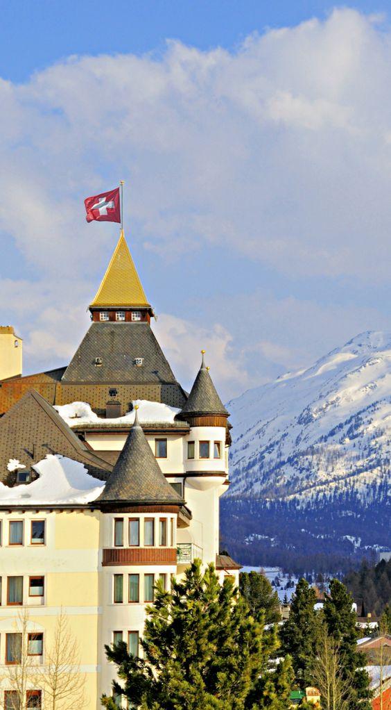 Die Schweizer Flagge ist allgegenwärtig. Hier sitzt sie auf der Turmspitze eines Gebäudes in Pontresina, einer Gemeinde in Graubünden. Ist ihr Blick auf die Bergkette nicht atemberaubend?  #verschweizert