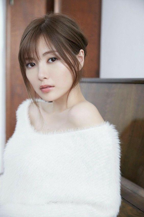 ふわふわな白い服の白石麻衣