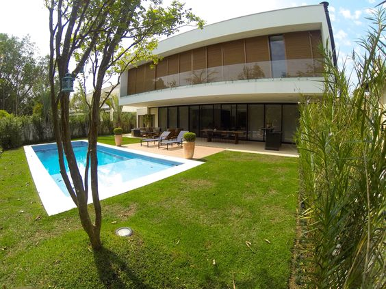 Casa Granada, Alphaville, Barueri, SP. Projeto: Nitsche Arquitetos, 2013. Incorporação e construção: Yellowbrick Houses.
