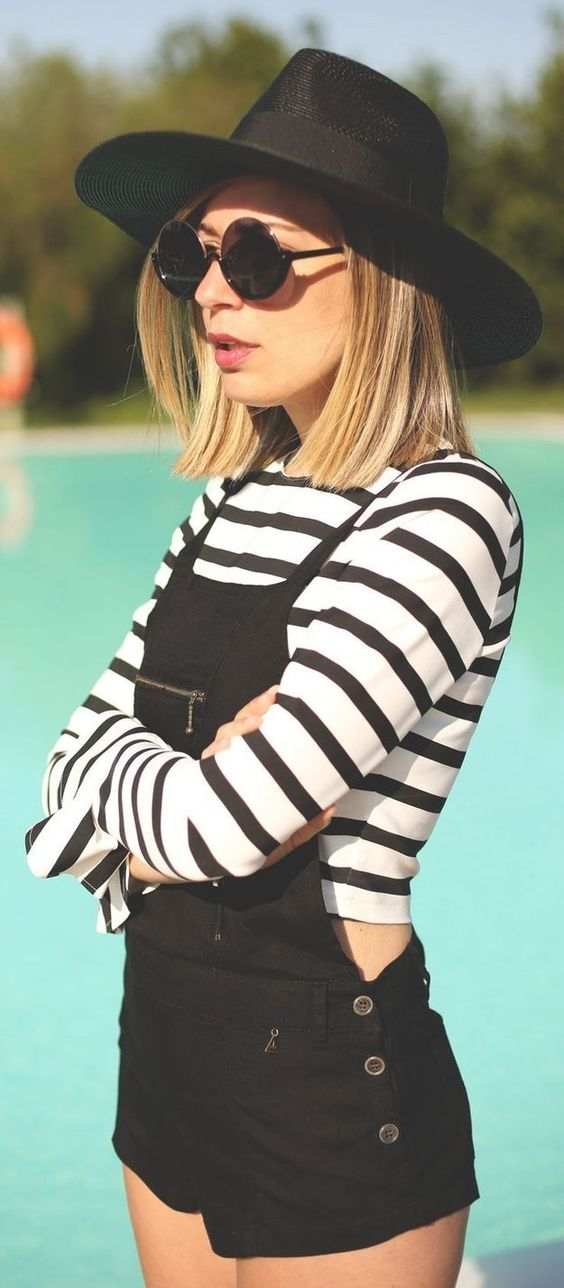 Agrega unas gafas de sol y un sombrero negro a tu atuendo para un look más ~hipster~. | 18 Looks ideales para las chicas que quieren usar overoles: