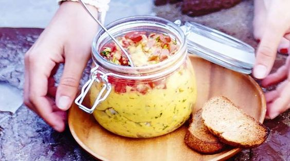 Houmous de lentilles corail au lait de coco  Rincez les lentilles à l'eau claire puis faites-les cuire dans 2 fois leur volume d'eau salée pendant 15 min. 2Égouttez-les puis placez-les dans un mixeur avec le lait de coco, l'oignon, le jus de citron et l'ail. Ajoutez 2 cuil. à soupe d'huile d'olive, salez, poivrez et mixez pour obtenir une texture onctueuse. Parsemez les cubes de tomates avec la coriandre, arrosez d'un filet d'huile d'olive et mélangez. Ajoutez-les dans le houmous